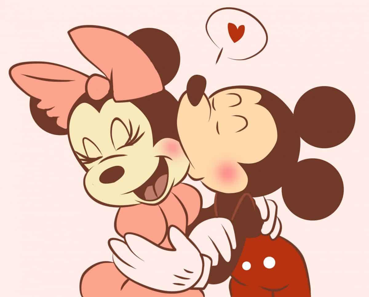 Imágen de amor de Minnie y Mickey besándola cariñosamente