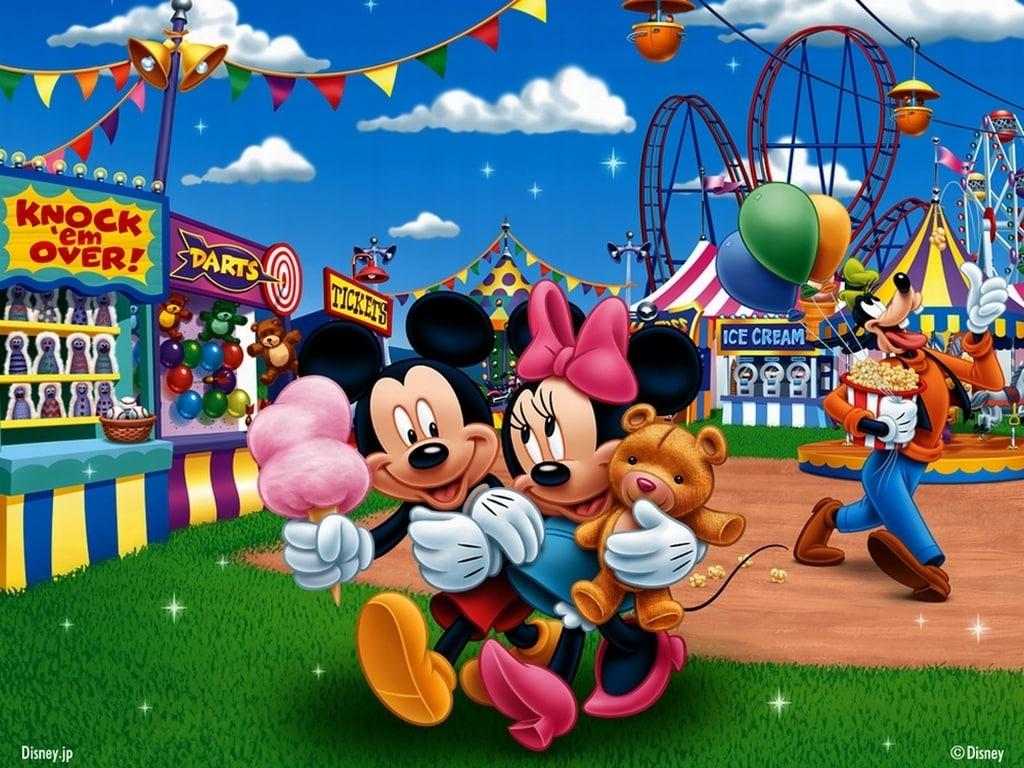 Imágen de amor de Minnie y Mickey caminando abrazados en Disneyworld